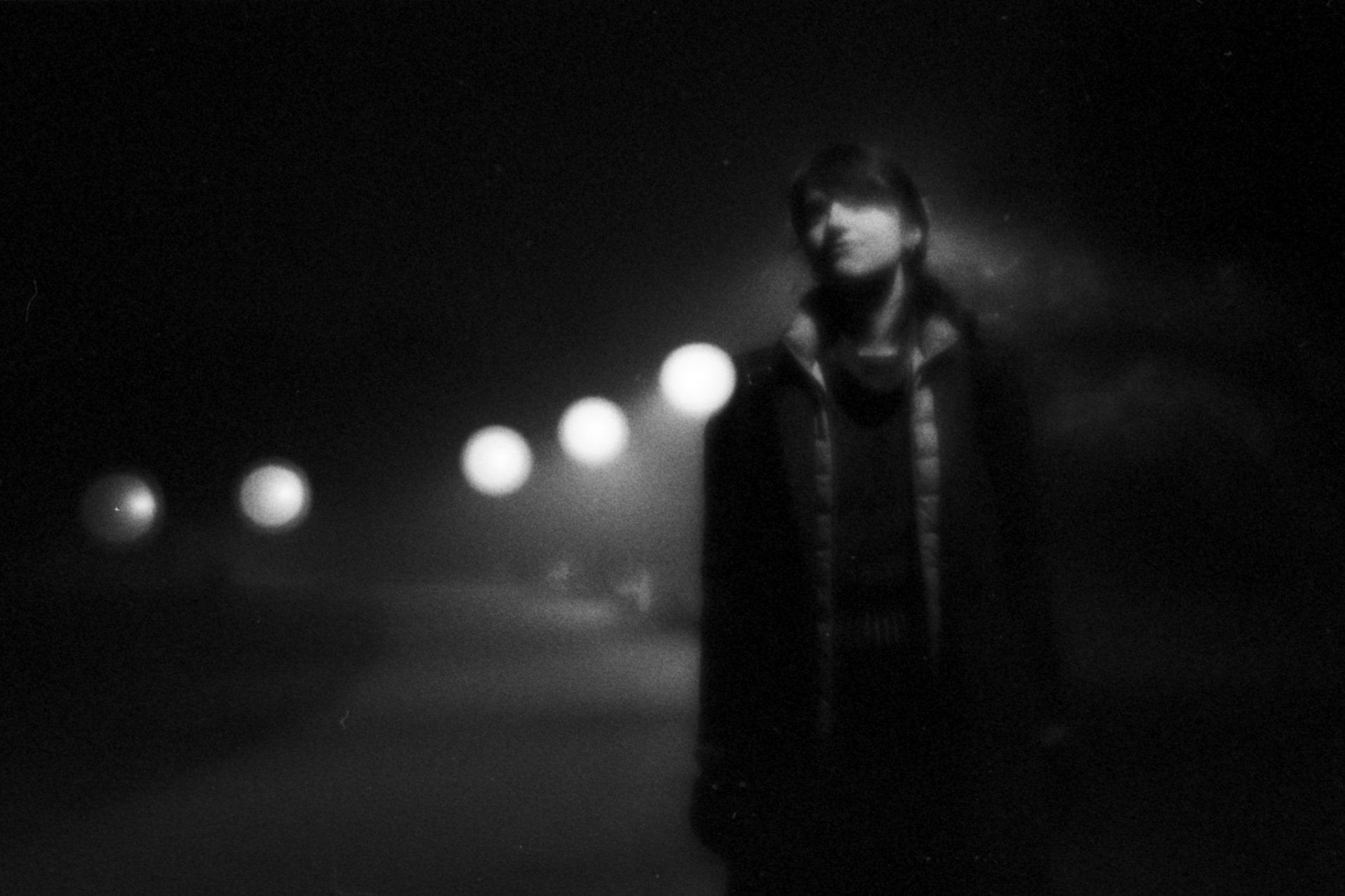 Черно-бяла портретна снимка с аналогов 35mm фотоапарат